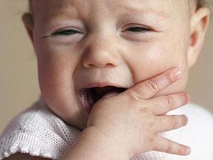 Почему грудничок сосет палец (кулачки, руку, нижнюю губу) ru-babyhealth