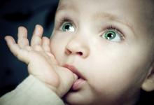 Почему груднички сосут палец?