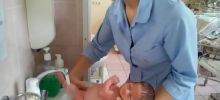 Как подмывать новорожденную девочку под краном?