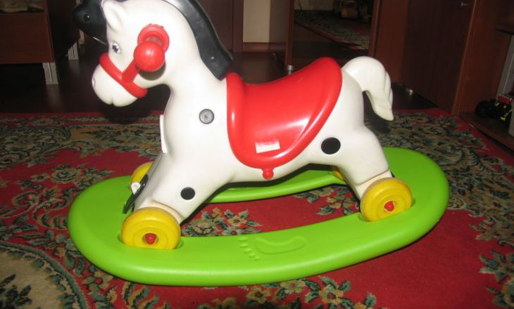 Нужна ли малышу игрушка-качалка?