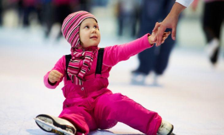 ребенок девочка катается на коньках