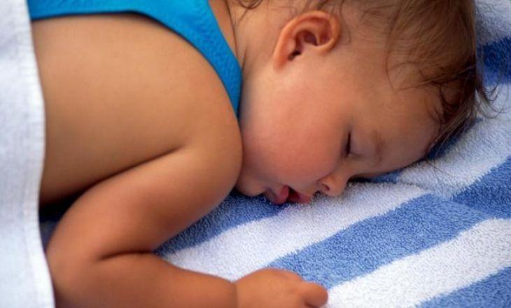Почему грудничок сильно потеет во сне?